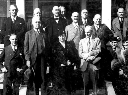 Italian enterpreneur Giovanni Agnelli, founder of Fiat car manufacturing, second from left, meets American industrialist Henry Ford, founder of the Ford Motor Company, second from right, in Detroit during his journey in America in 1934. The 100-year family friendship has flowered behind the scenes of the fiercely competitive global auto business. (Chrysler)