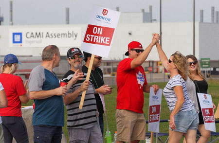 Employees of the GM CAMI assembly factory stand on the picket line in Ingersoll, Ont., on Sept. 18.  (Dave Chidley / THE CANADIAN PRESS)