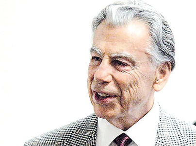 Activist investor Kirk Kerkorian's investment firm may lose more than half a billion dollars on the sale of 7.3 million Ford Motor shares.